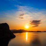 Gryning på Black Sea Morgonseascape med berg crimea Royaltyfri Fotografi