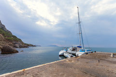 Gryning på Black Sea Morgonseascape med berg crimea arkivfoton