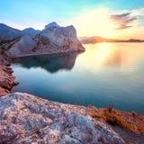 Gryning på Black Sea Morgonseascape med berg crimea royaltyfria bilder