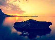 Gryning på Black Sea Morgonseascape med berg crimea royaltyfri foto