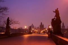 Gryning på Charles Bridge i Prague Arkivbilder