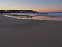 Gryning på den Bondi stranden Royaltyfria Bilder