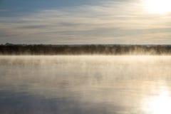 Gryning på den dimmiga floden Arkivbilder