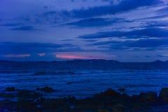 Gryning på den steniga stranden Fotografering för Bildbyråer