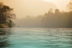 Gryning på floden 库存照片