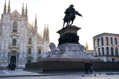 Gryning på kyrkan av duomoen, stadfyrkant i den Milan morgonen efter regnet royaltyfri fotografi