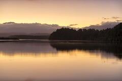 Gryning på Okarito sjön arkivbilder