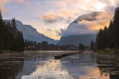 Gryning på sjön Weidachsee i Tyrol fotografering för bildbyråer