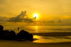Gryning på stranden Fotografering för Bildbyråer