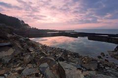 Gryningen av den steniga kusten Royaltyfria Foton