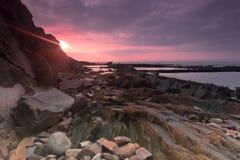 Gryningen av den steniga kusten Arkivfoto