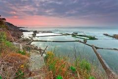 Gryningen av den steniga kusten Arkivfoton