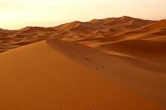 Gryningen av en ny dag i ökendyerna av ERGET i Marocko Royaltyfri Bild