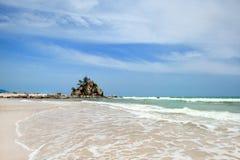 Gryningsikten av sandstranden med vaggar Arkivfoto