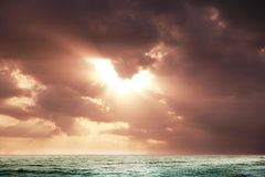 Gryningsol på havet Royaltyfria Bilder