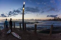 Gryningsoluppgånghav vågr den Durban strand att surfa Arkivbild