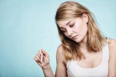 grypa Chora dziewczyna z gorączkowym sprawdza termometrem zdjęcia stock