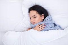 grypa Kobiety cierpienie Od Zimnego lying on the beach W łóżku Z tkanką obraz royalty free