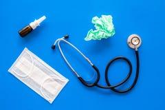 Grypa krople Działający nosa pojęcie Marszcząca pielucha blisko stetoskopu i twarzy maski na błękitnego tła odgórnym widoku obrazy stock