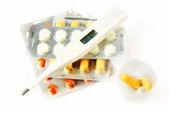 grypa Termometr z podwyższony temperaturowym i wiele pigułkami zdjęcie stock