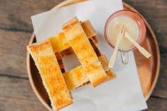 Grzanka chleb z Słodzącym Zgęszczonym Dojnym Deserowym odgórnym widokiem Fotografia Stock