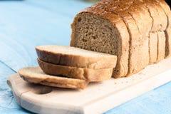 Grzanka chleba plasterki na drewnianej tnącej desce zdjęcia stock