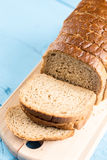 Grzanka chleba plasterki na drewnianej tnącej desce obrazy royalty free