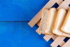 Grzanka chlebowi plasterki na błękitnych drewnianych deskach wsiadają zdjęcie royalty free