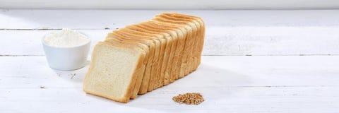 Grzanka chlebowy plasterek pokrajać pokrojonego sztandaru copyspace na drewnianej desce Obrazy Stock