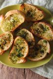 Grzanka z świeżymi ziele i czosnkiem na talerzu Pionowo odgórny widok Obrazy Stock