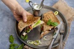 Grzanka z basilem, pieczarkami i serem na rocznika talerzu dla lunchu, Grzanka w kobiety ` s ręce kosmos kopii zdjęcie royalty free