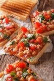Grzanka z białymi fasolami, pomidorami, serem i ziele zbliżeniem, Vert Zdjęcia Stock