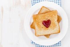 Grzanka z dżemem w formie serca dla walentynki ` s dnia Obrazy Royalty Free
