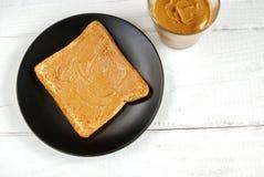 Grzanka z domowej roboty masłem orzechowym na białym stole zdjęcia royalty free