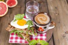Grzanka z jajkiem, bekon i basil Kawa i szkło woda Śniadaniowy Drewniany tło i miejsce dla teksta Lunch w obraz stock