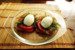 Grzanka z jajkiem, pomidor, koper zdjęcia royalty free