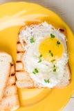 Grzanka z jajkiem w koloru żółtego talerzu na białym drewnianym tle Zdrowa śniadanie kopii przestrzeń Odgórny widok Obrazy Royalty Free