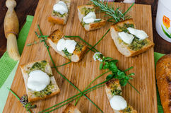 Grzanka z mozzarellą, oliwa z oliwek, ziele i czosnkiem, Zdjęcie Royalty Free
