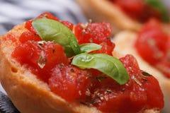 Grzanka z pomidorem i basilem makro- fotografia stock