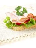 Grzanka z sałatą, pomidor, zimni cięcia na tablecloth Zdjęcia Royalty Free