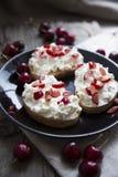 Grzanka z serem i wiśniami Fotografia Stock
