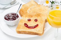 Grzanka z uśmiechem dżem, kawa, sok pomarańczowy i świeża pomarańcze, Fotografia Royalty Free