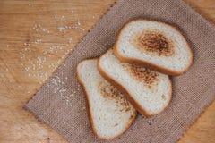Grzanki baguette na łupku Wznoszący toast chleb Chleb jest biały na czarnym tle Chleb na drewnianym tle Zdjęcia Royalty Free