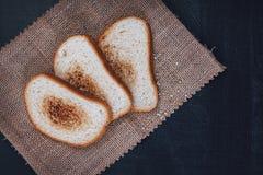Grzanki baguette na łupku Wznoszący toast chleb Chleb jest biały na czarnym tle Chleb na drewnianym tle Obrazy Stock