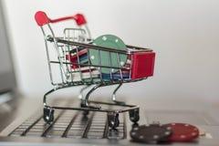 Grzebaków układy scaleni w wózku na zakupy na komputerze Online Uprawia hazard nałogu pojęcie obrazy royalty free