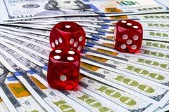 Grzebaków kostka do gry rolki na dolarowi rachunki, pieniądze Grzebaka stół przy kasynem Partii pokeru pojęcie Bawić się grę z ko Zdjęcie Stock