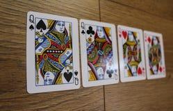 Grzebak karty na drewnianym backround, secie królowe kluby, diamentach, rydlach i sercach, Fotografia Royalty Free