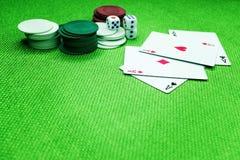Grzebak karty na zielonym stole z kostkami do gry i układami scalonymi fotografia stock