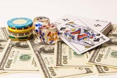 Grzebak karty z amerykaninem i układy scaleni sto dolarów rachunków dalej zdjęcia stock
