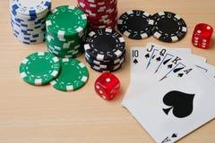 Grzebak uprawia hazard układy scalonych na drewnianym stole Zdjęcia Royalty Free